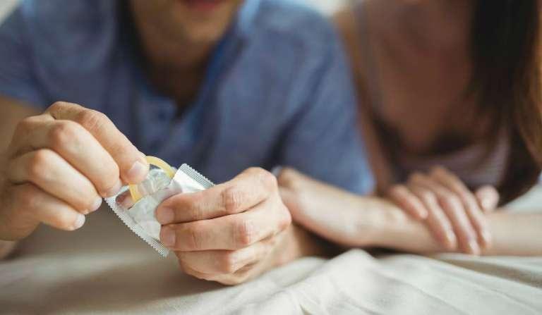 Khi bị dị ứng bao cao su, người dùng cần đến gặp bác sĩ để được giải quyết.