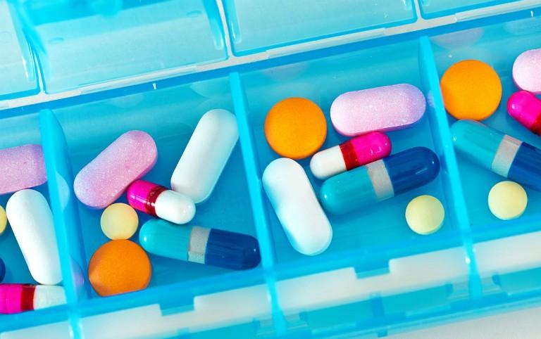 Người bệnh có thể điều trị bệnh trĩ bằng thuốc giảm đau, thuốc kháng sinh, thuốc kháng viêm,...