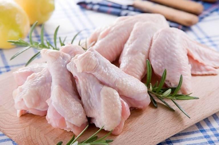 Thịt gà mặc dù giàu dưỡng chất nhưng lại là thực phẩm mà người bệnh trĩ không nên sử dụng