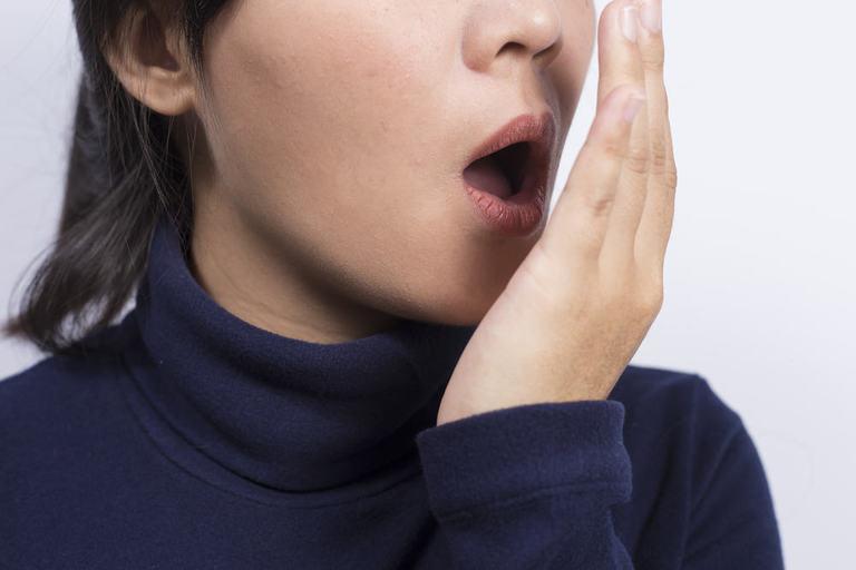 Hôi miệng cũng là một trong những biến chứng sau khi cắt amidan. Nó không nguy hiểm tính mạng nhưng gây nhiều phiền toái trong đời sống hằng ngày