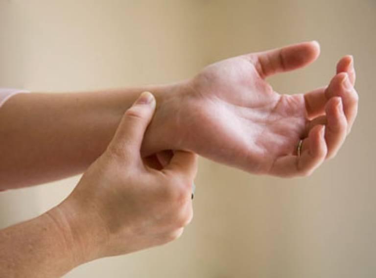 Có thể áp dụng phương pháp bấm huyệt giảm buồn nôn tạm thời