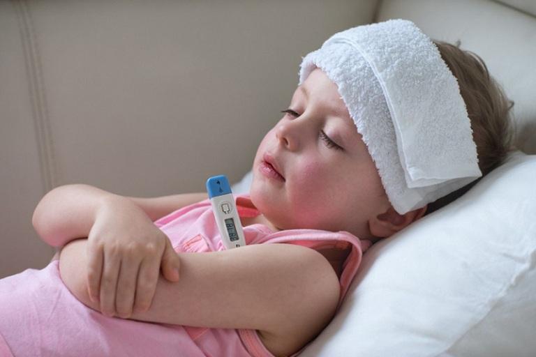cách chăm sóc trẻ bị viêm tai giữa khi sốt