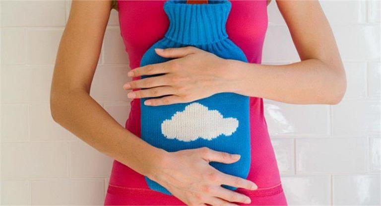 Chườm nóng là một trong những cách chữa đau dạ dày nhanh nhất tại nhà