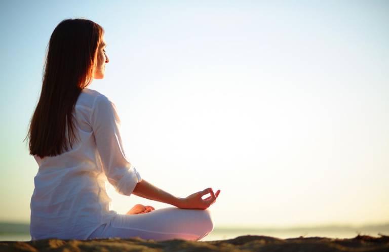 Người bệnh có thể tập thiền hoặc yoga để chữa bệnh