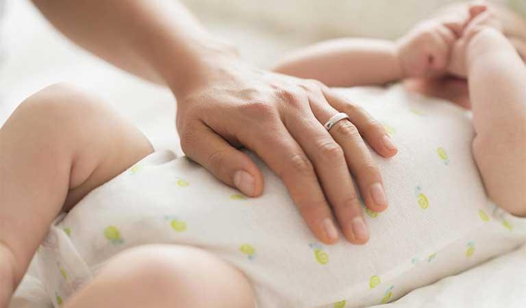 cách mát xa cho trẻ sơ sinh bị táo bón