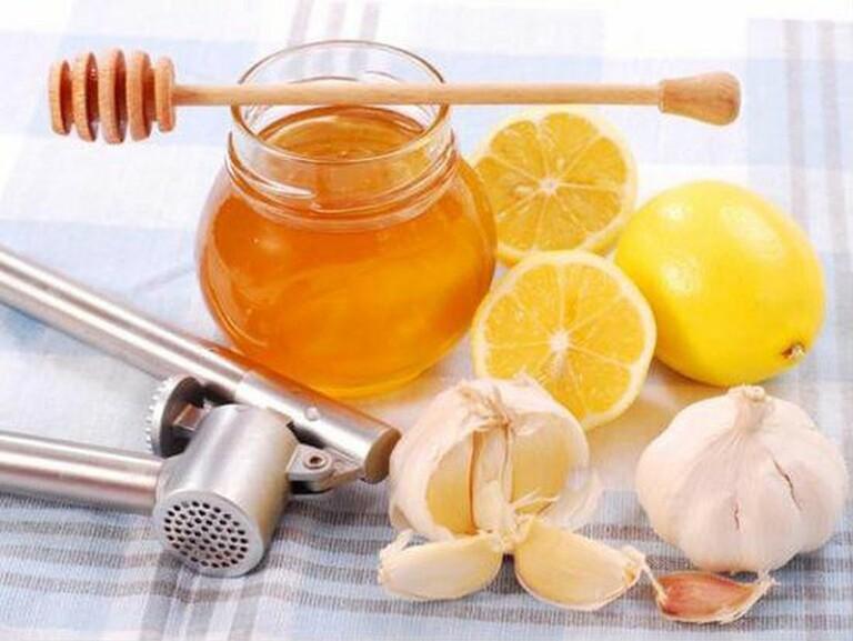 Mật ong và tỏi có tính kháng viêm rất mạnh nên được dùng để chữa viêm xoang sàng
