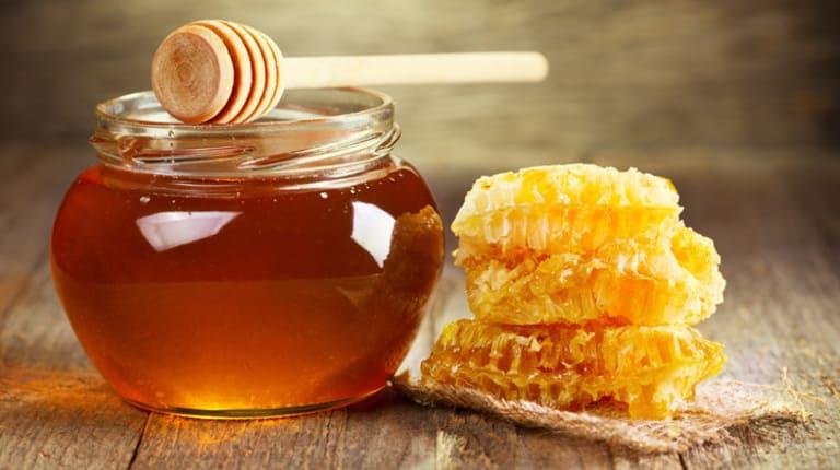 Một trong những cách chữa táo bón cho trẻ sơ sinh là thụt hậu môn bằng mật ong, tuy nhiên không phải trường hợp nào cũng có thể dùng cách thức này