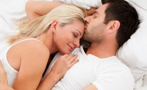Đàn ông thích hôn lên nhiều chỗ trên cơ thể của phụ nữ.