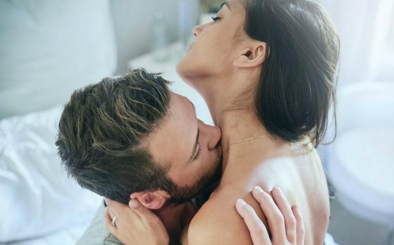 Đàn ông thích hôn lên vùng gáy và cổ của nữ giới vì nơi đó dễ tạo ra khoái cảm cho nữ giới.