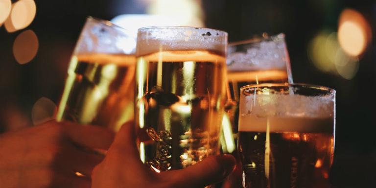 Rượu bia khiến cho tình trạng bệnh đau dạ dày trở nên nặng hơn.