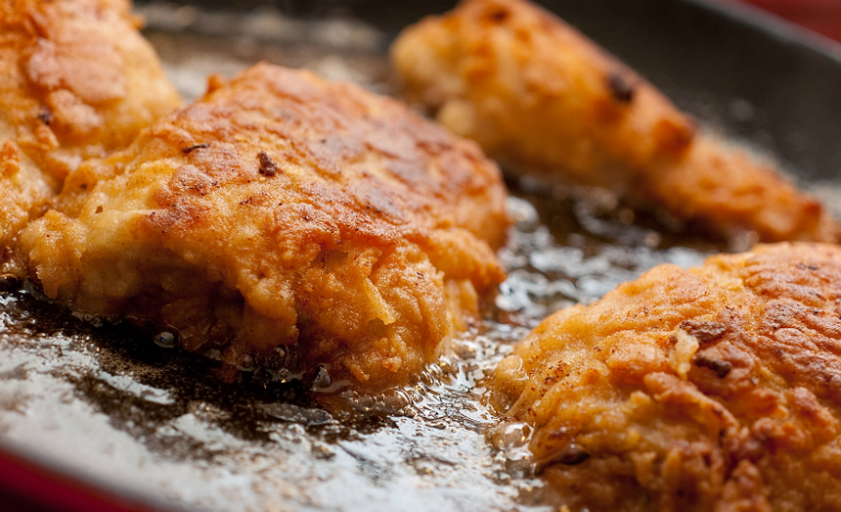 Bệnh nhân đau dạ dày cần tránh ăn thức ăn chiên xào, thức ăn nhanh, thức ăn cay nóng, thức ăn quá chua,...