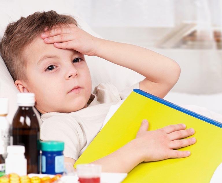 Trẻ nổi mẩn ngứa sau sốt do đâu
