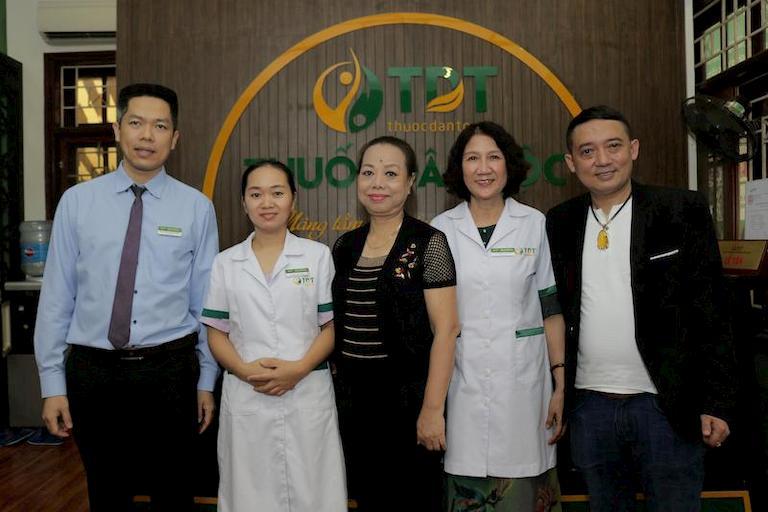 Nghệ sĩ Chiến Thắng và Thu Hà đến khám chữa bệnh cùng bác sĩ Tuyết Lan tại Thuốc dân tộc