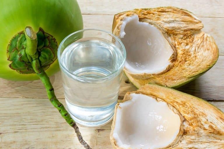 Nước dừa làm dịu cơn đau dạ dày