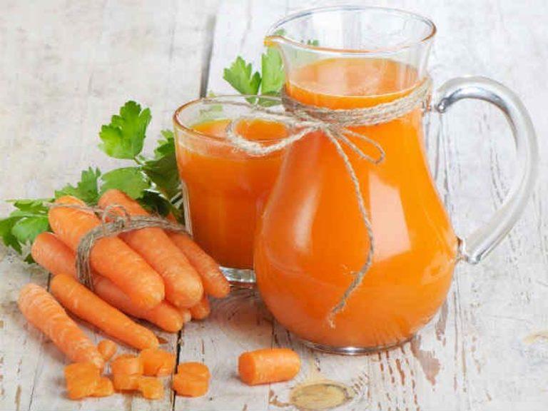 Đau dạ dày uống nước ép cà rốt để trung hòa lượng axit