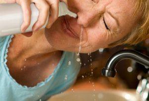 Rửa mũi với nước muối giúp dịch nhầy, vi khuẩn và tác nhân gây dị ứng bị tống ra ngoài