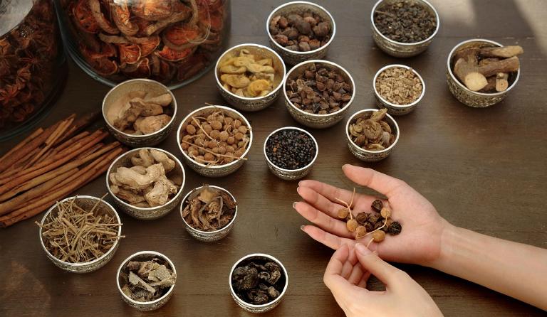 Dùng thuốc Đông y điều trị đau dạ dày cũng là một phương pháp được nhiều người chọn lựa.