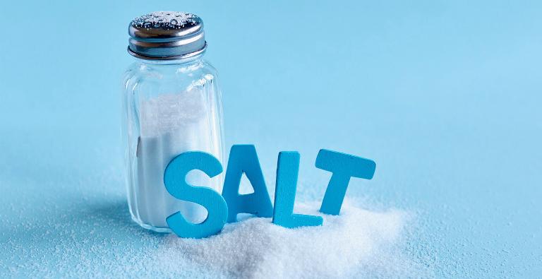 Cần dùng muối tinh chế khi pha nước muối súc miệng hỗ trợ điều trị viêm họng.