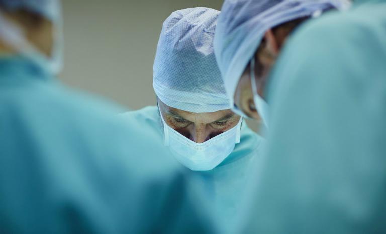 Có thể điều trị dứt điểm bệnh viêm họng bằng cách uống thuốc Tây, phẫu thuật hoặc chăm sóc tại nhà.