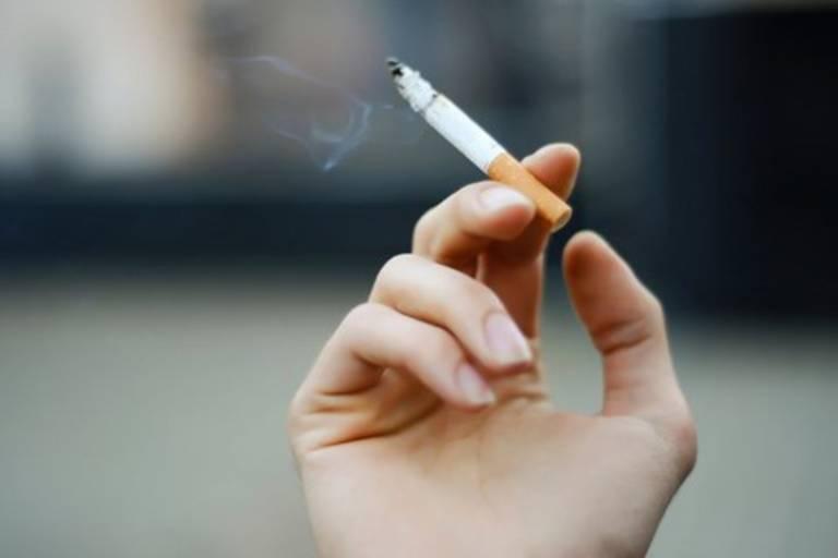 Hút thuốc hoặc thường xuyên hít phải khói thuốc, chất độc khiến chức năng buồng trứng suy giảm