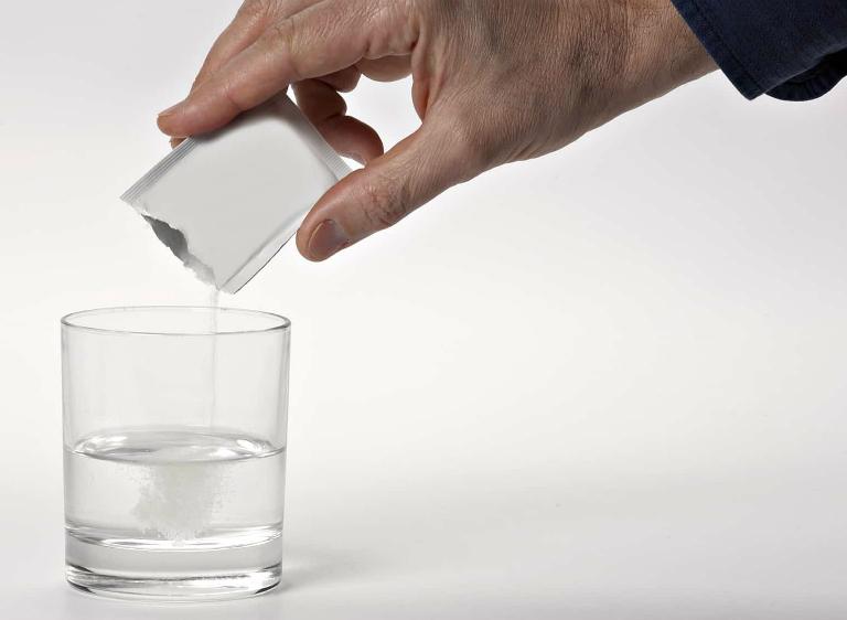 Pha bột thuốc Oresol với nước, khuấy đều sau đó uống.