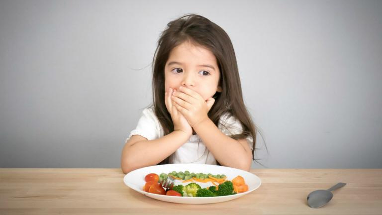 Nguyên nhân gây ra táo bón ở trẻ 4 tuổi thường là do trẻ không ăn nhiều rau xanh, trái cây tươi.