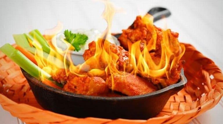 Đồ ăn cay nóng sẽ khiến cho tình trạng đau nhức khi bị viêm xoang diễn ra nặng nề hơn