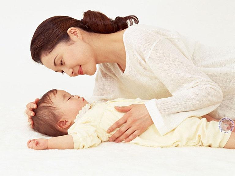 Trẻ sơ sinh bị táo bón có nên thụt không