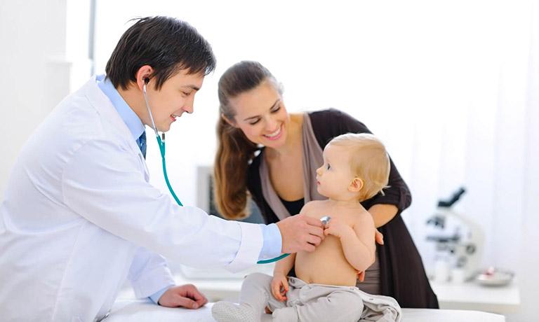 trẻ sơ sinh bị ngạt mũi thở khò khè