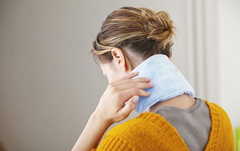 cách chữa vẹo cổ khi ngủ dậy