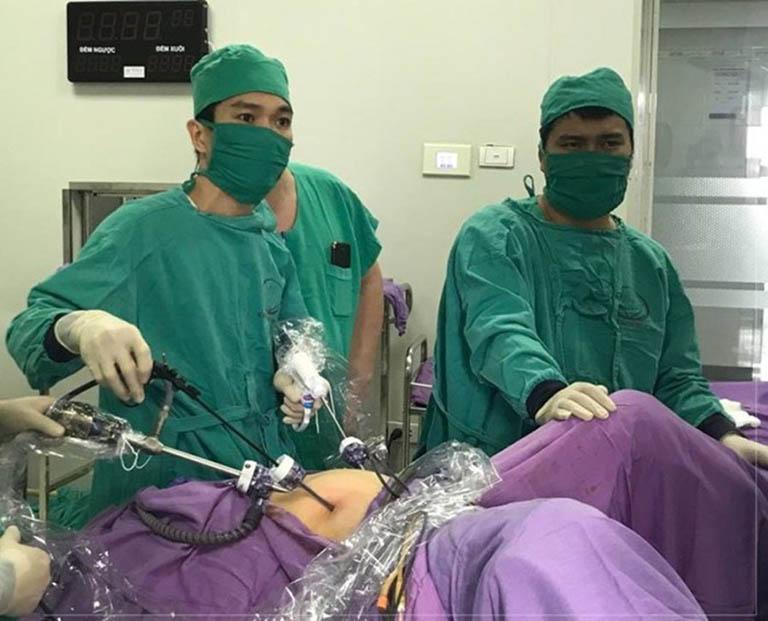phẫu thuật điều trị u nang buồng trứng phải