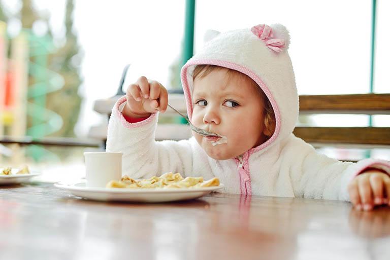 Bé 3 tuổi bị trào ngược dạ dày