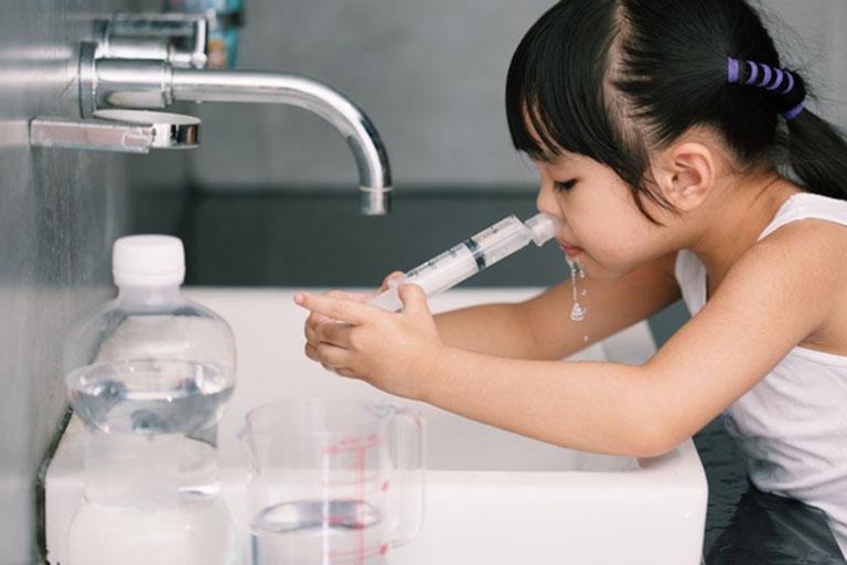 cách rửa mũi bằng xi lanh