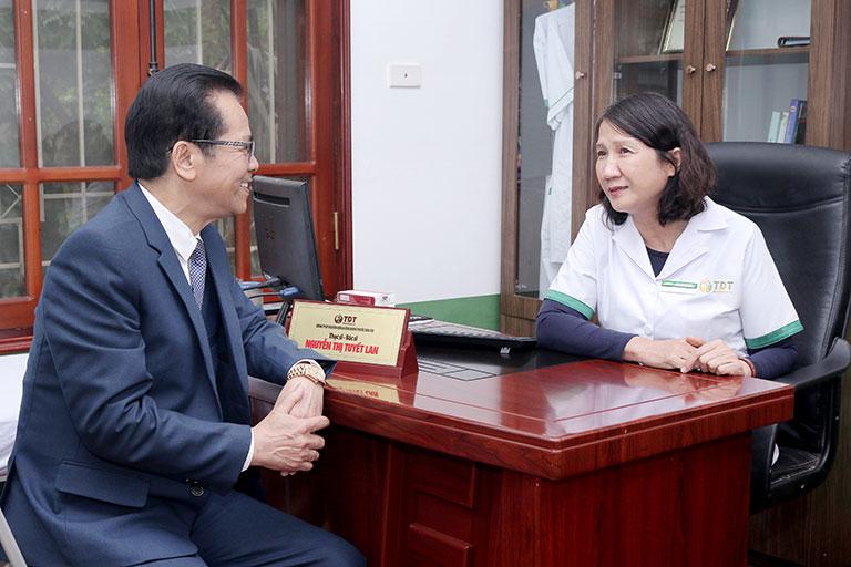 Sắc mặt của NSND Trần Nhượng đã tươi tắn hơn sau 1 tháng đầu điều trị