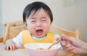 trào ngược dạ dày ở trẻ 2 tuổi
