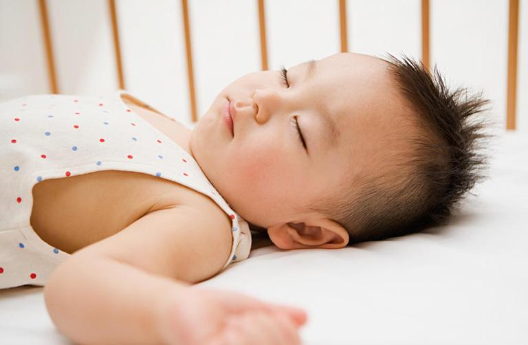 bé 2 tuổi bị trào ngược dạ dày