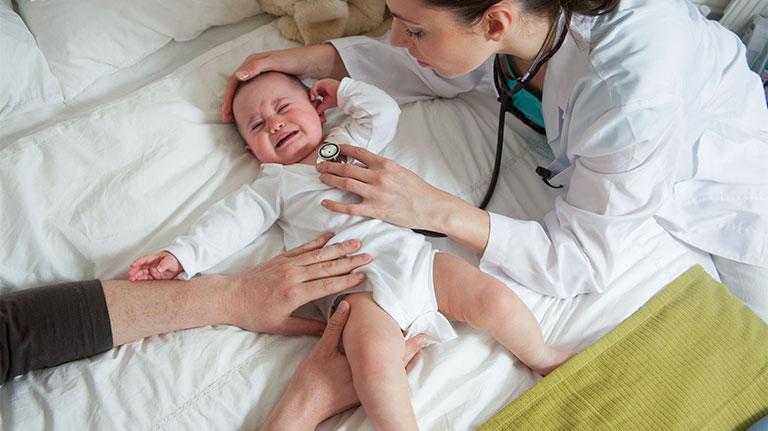 bé uống sữa công thức bị mẩn đỏ quanh miệng