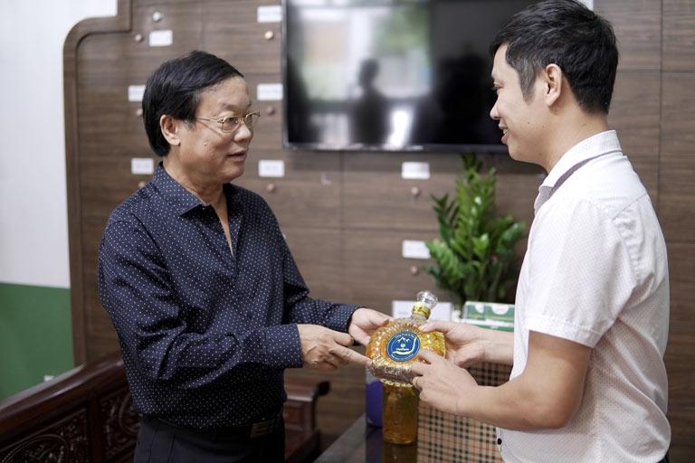 NSƯT Phú Thăng chọn mua bình rượu đông trùng hạ thảo Bách Vương Khang của Vietfarm