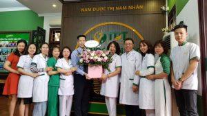 Công ty CP Nghiên cứu và Ứng dụng Thuốc dân tộc tặng hoa tri ân ngày Thầy thuốc Việt Nam 27 - 2