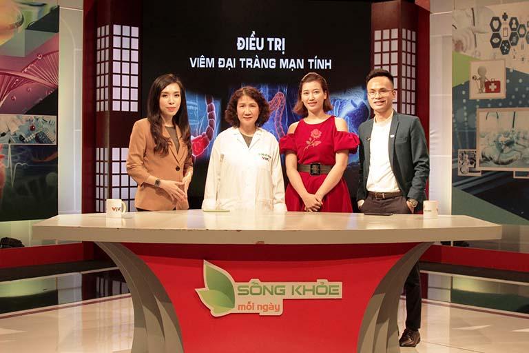 Ths.Bs Nguyễn Thị Tuyết Lan (đứng thứ 2 từ trái sang) hiện là Giám đốc chuyên môn tại Trung tâm Thuốc dân tộc