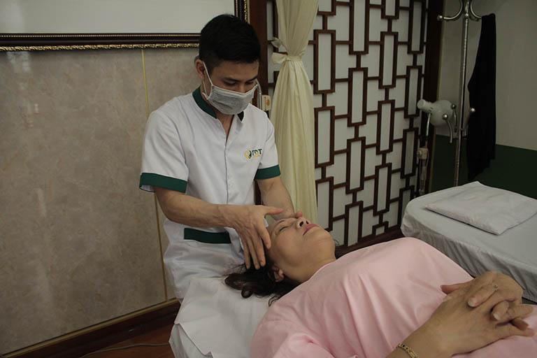 Nghệ sĩ Hương Dung kết hợp điều trị thuốc với xoa bóp bấm huyệt