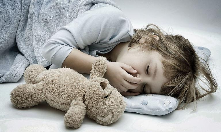 Vì sao bé bị ho và nôn khi ngủ