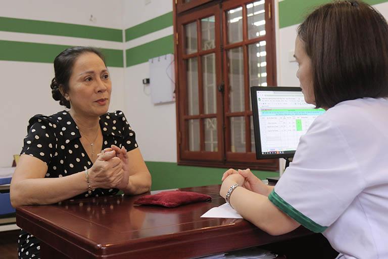 Nghệ sĩ Hương Dung được trực tiếp bác sĩ Lệ Quyên thăm khám và điều trị