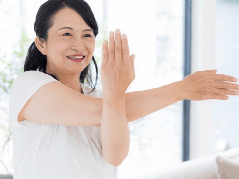 Một số bài tập nhẹ nhàng kết hợp với hít thở sẽ giúp điều hòa cơ thể
