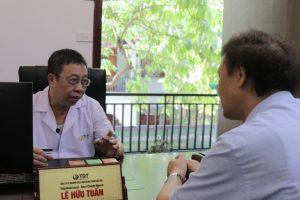 bác sĩ Tuấn khám cho diễn viên Nguyễn Hải