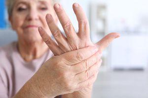 tê chân tay ở người cao tuổi