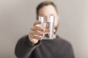 Bị sỏi thận có nên uống nhiều nước?
