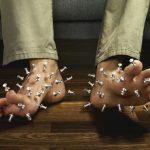 Vì sao ngón chân, lòng bàn chân bị tê như kim châm?