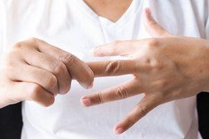 Vì sao đầu ngón tay bị đau, tê như kim châm?
