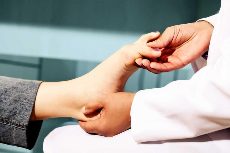 điều trị tê chân bằng cách nào